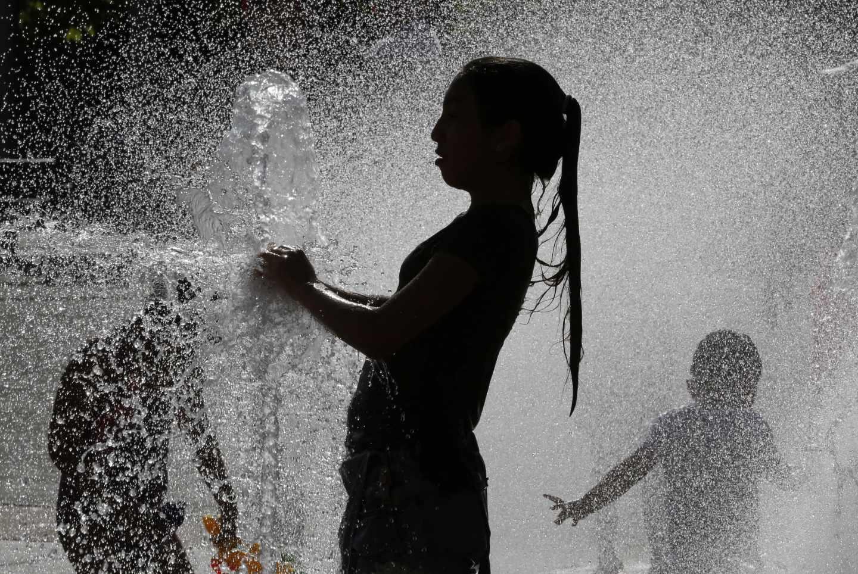 Varios jóvenes combaten el calor.