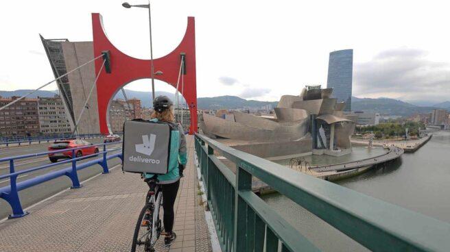 Una repartidora de Deliveroo en Bilbao.