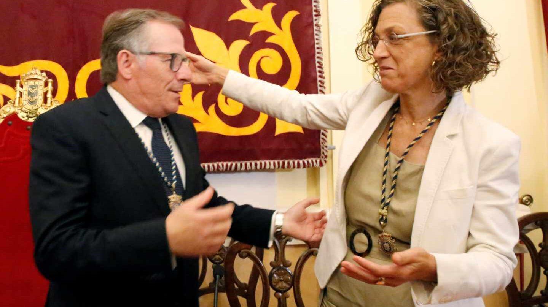 Eduardo de Castro, de Ciudadanos, se abraza a la líder del PSOE en Melilla tras ser elegido alcalde.