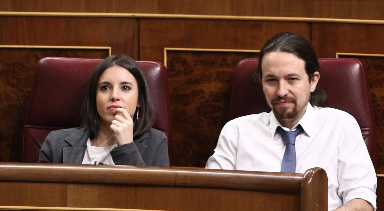 Irene Montero y Pablo Iglesias, en sus escaños del Congreso de los Diputados.