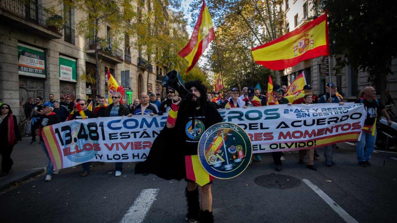 Protesta de Jusapol en demanda de la equiparación salarial en las calles de Barcelona.