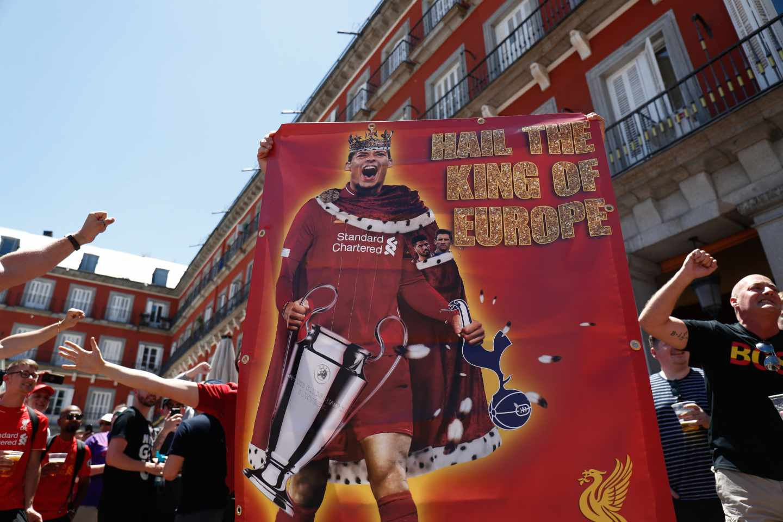 Aficionados del Liverpool en la Plaza Mayor de Madrid.