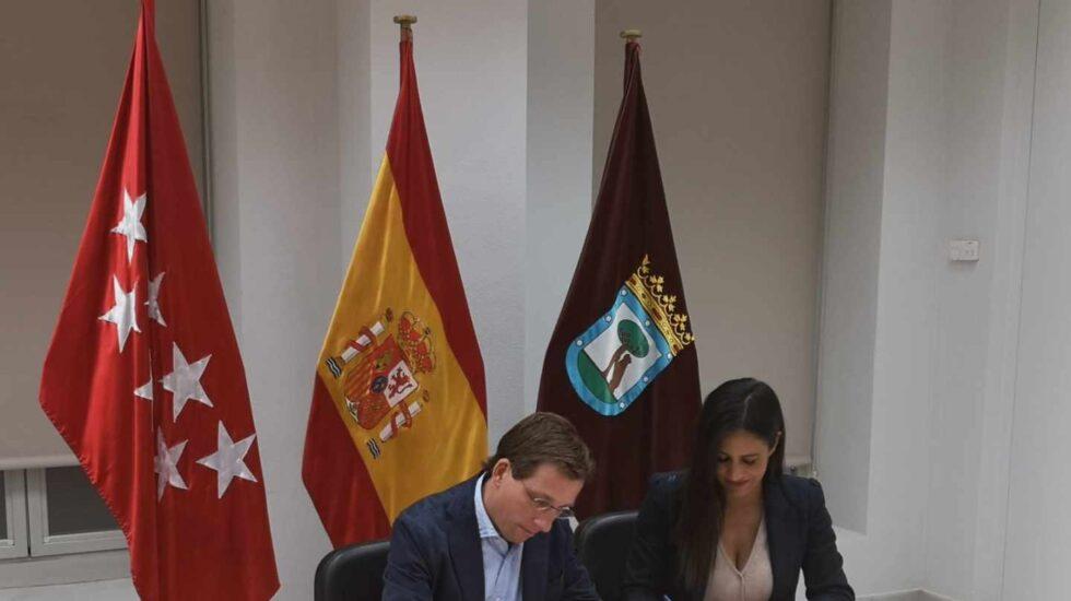 José Luis Martínez Almeida y Begoña Villacís firman el acuerdo.