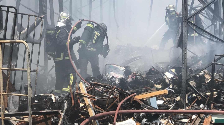 Bomberos entre los escombros