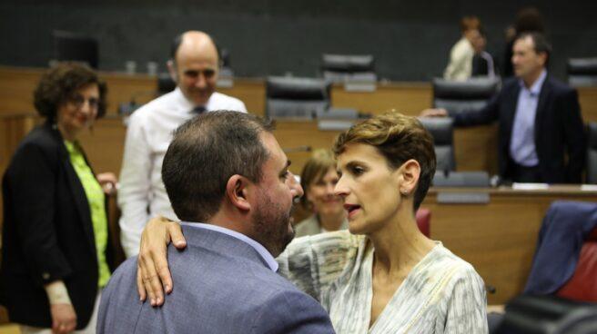 El presidente del Parlamento de Navarra, Unai Hualde, junto a la candidata socialista.