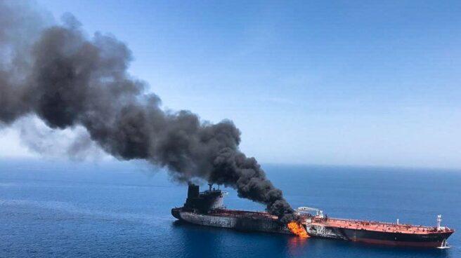 El petrolero noruego Front Altair, en llamas tras el ataque.