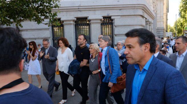 Los concejales de Más Madrid Nacho Murgui y Marta Higueras rodean a Carmena tras la constitución de la actual Corporación.
