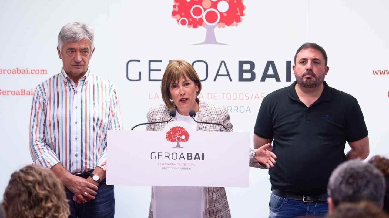 La presidenta en funciones del Gobierno de Navarra, Uxue Barkos (c), de Geroa Bai, durante la rueda de prensa ofrecida este lunes en Pamplona para analizar la situación creada tras las elecciones locales y forales, acompañada por los parlamentarios de su partido Koldo Martínez (i) y Unai Hualde (d).