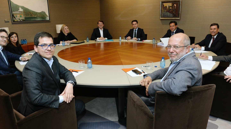 Mesa de negociación entre PP y Ciudadanos en Castilla y León.
