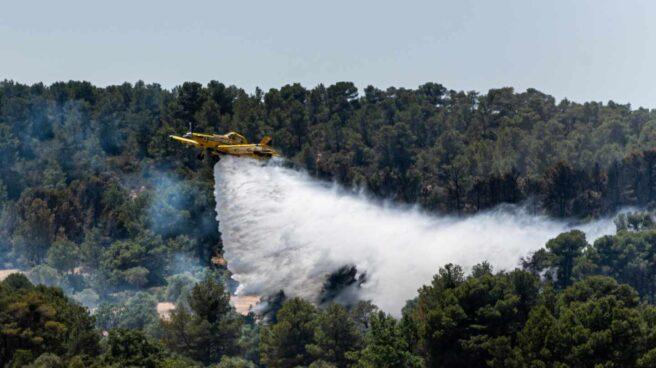 Un avión trabaja en las tareas de extinción del incendio.