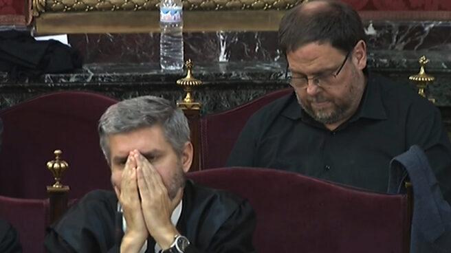 Oriol Junqueras, tras su abogado Andreu Van den Eynde en el juicio del procés.
