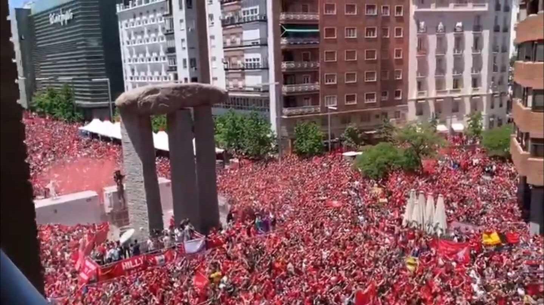 Hinchas del Liverpool concentrados en la plaza Felipe II de Madrid.