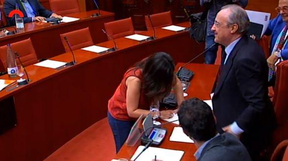 María Sirvent (CUP) dedica un libro a Florentino Pérez tras su comparecencia en el Parlament.