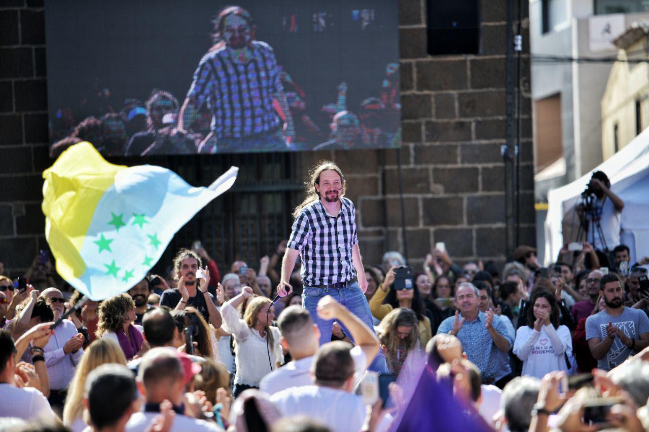 Iglesias en un mitin en Canarias durante la campaña de las autonómicas. A su derecha se ve también a Alberto Rodríguez, responsable de Organización.
