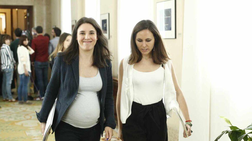 Las diputadas de Unidas Podemos Irene Montero y Ione Belarra caminan por el Congreso, hace dos semanas.
