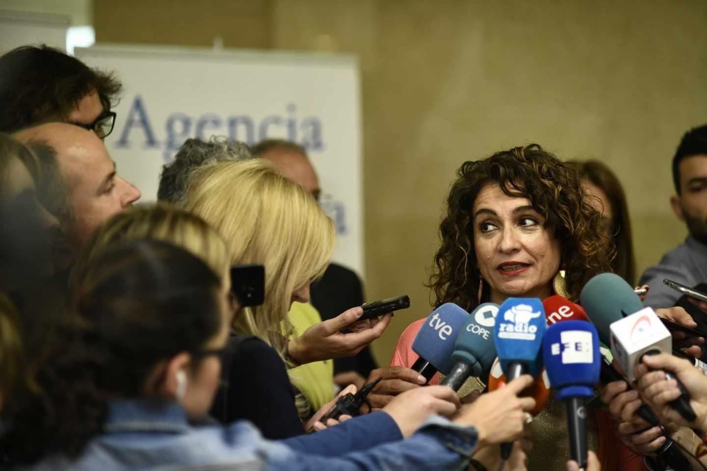 La ministra de Hacienda, María Jesús Montero, atendiendo a la prensa.