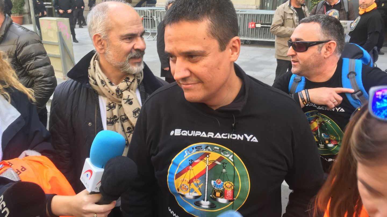Natan Espinosa, presidente de Jusapol, atiende a los periodistas en una de las manifestaciones convocadas por la asociación.