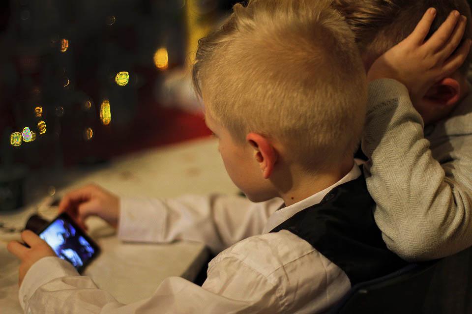 Unos niños utilizando un móvil