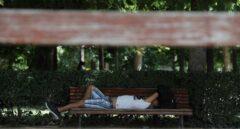 Un hombre, tumbado en un banco durante la ola de calor.