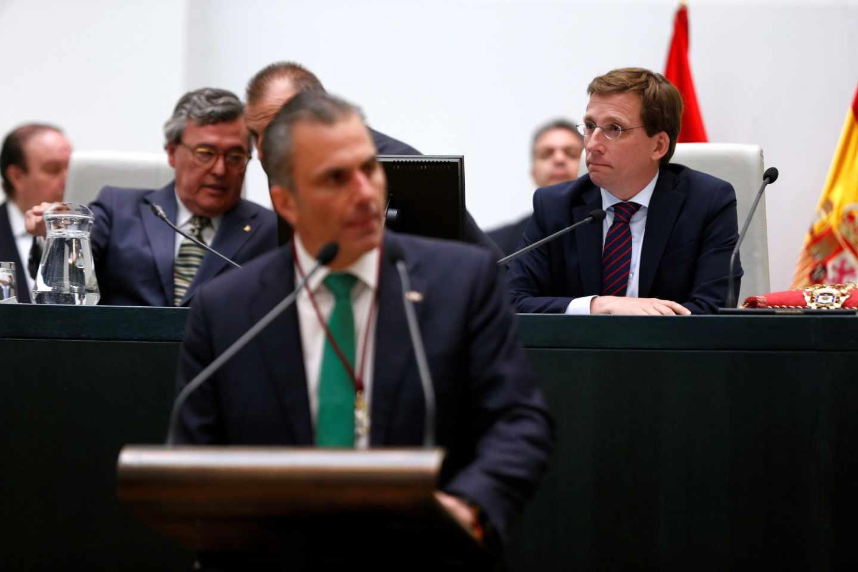 José Luis Martínez-Almeida escucha a Javier Ortega-Smith durante el pleno constitutivo del Ayuntamiento de Madrid.