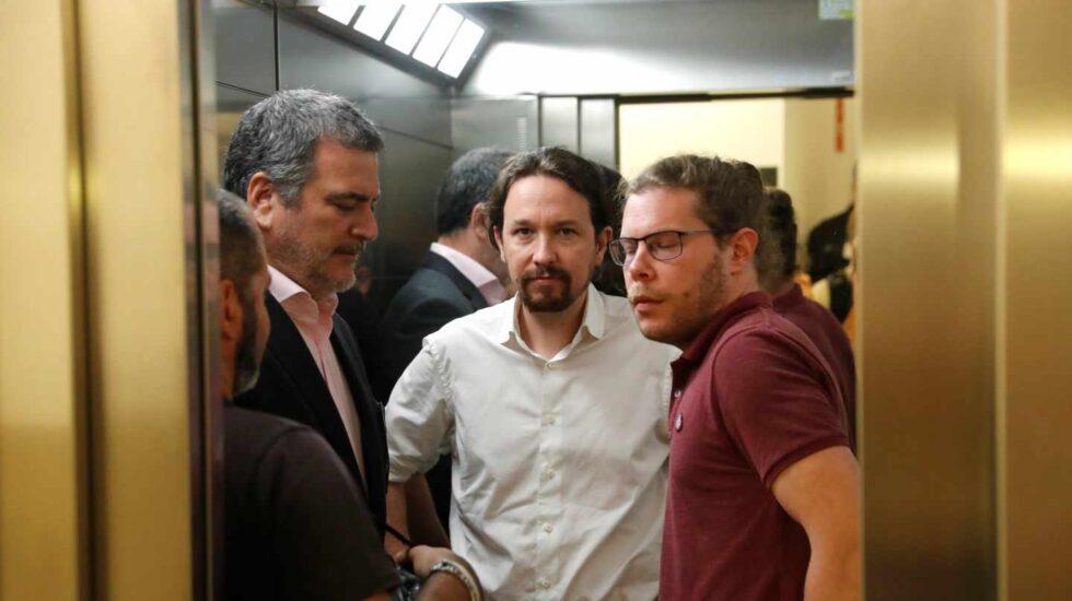 Pablo Iglesias, junto a sus colaboradores.
