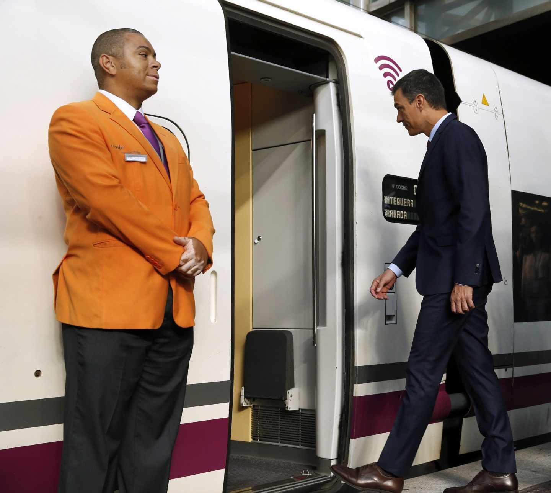 Pedro Sánchez entra en el AVE que realiza el trayecto inaugural Madrid-Granada.