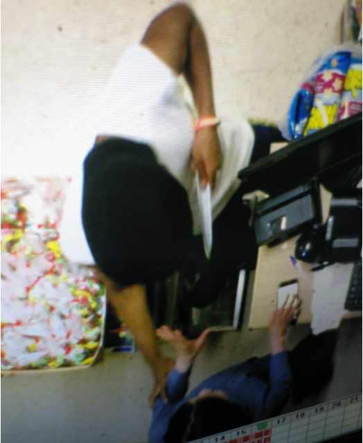 Imagen del atraco captada por una cámara de seguridad del establecimiento chino de San Blas-Canillejas (Madrid)