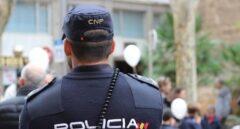 Un policía nacional, en acto de servicio.