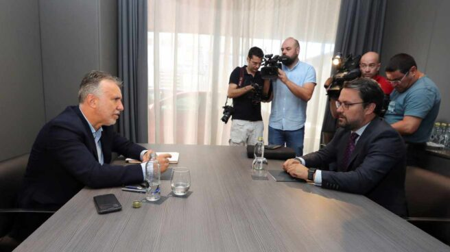 Los representantes de PP, Asier Antona (d) y PSOE, Ángel Victor Torres (i), reunidos este lunes en Las Palmas de Gran Canaria.