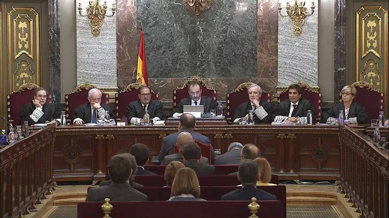 """Imagen tomada de la señal institucional del Tribunal Supremo, del exvicepresidente de la Generalitat Oriol Junqueras (de espaldas-c), durante su turno de última palabra este miércoles en la 52ª y última jornada del juicio del """"procés"""", donde está acusado de rebelión, y en el que ha pedido """"devolver la cuestión al terreno de la política"""", de donde, según ha dicho, """"no debería haber salido"""", y ha reiterado que """"votar y defender la república"""" no puede ser delito."""