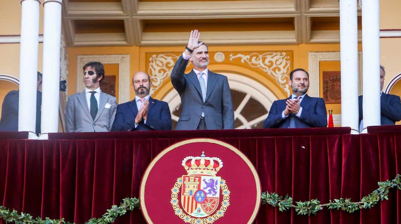 El rey Felipe saluda en Las Ventas junto al ministro Ábalos.