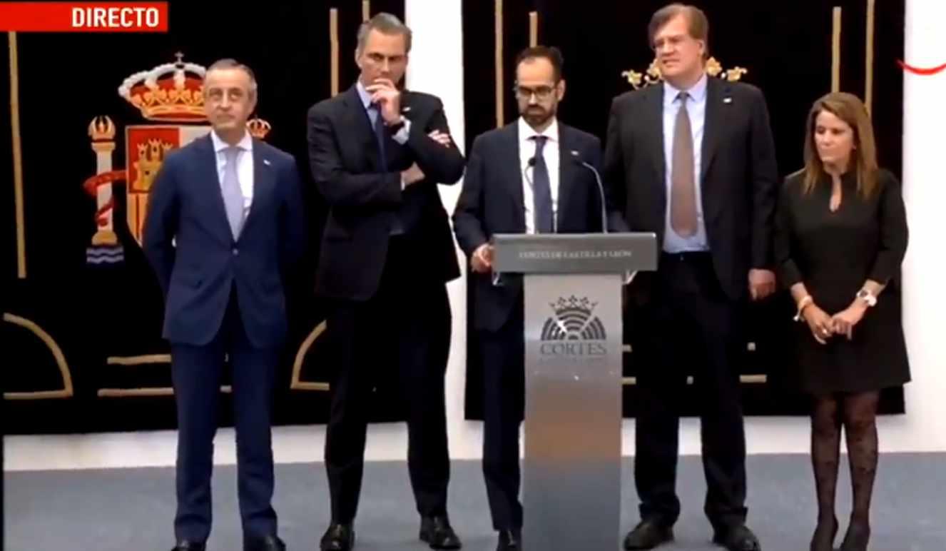 El secretario general de Vox, Javier Ortega Smith, junto al representante del partido en las Cortes de Castilla y León, Jesús García-Conde.