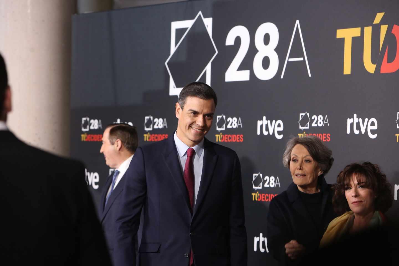 Rosa María Mateo, junto a Pedro Sánchez antes del debate organizado por RTVE para las elecciones generales del 28-A.