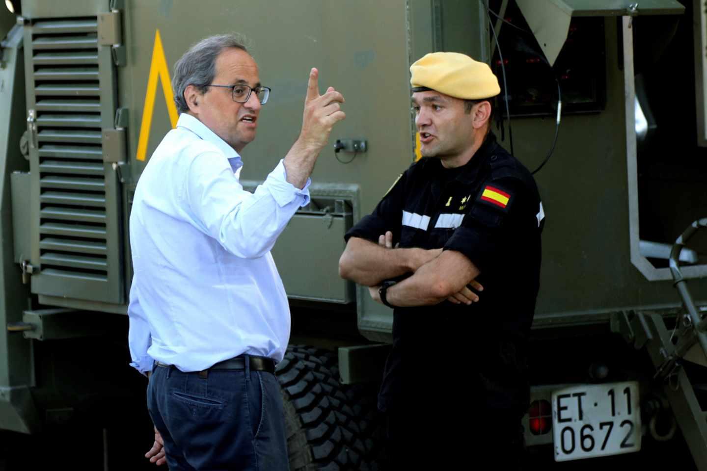 Quim Torra charla con un oficial del Ejército de la Unidad Militar de Emergencias (UME).