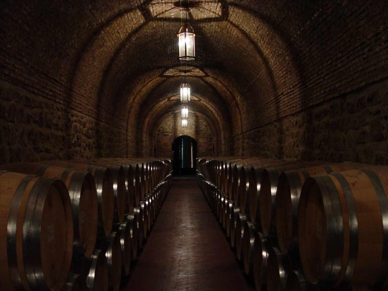Sala de barricas de Bodegas Riojanas, en Cenicero.