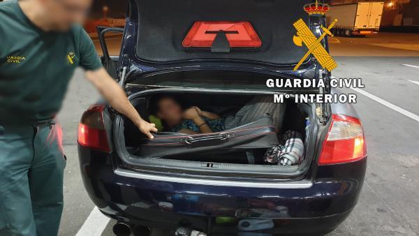 Imagen de la mujer que iba escondida en una maleta