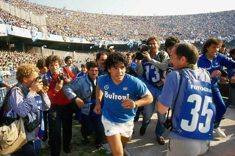 Maradona saltando al césped del estadio de San Paolo. Por Alfredo Capozzi