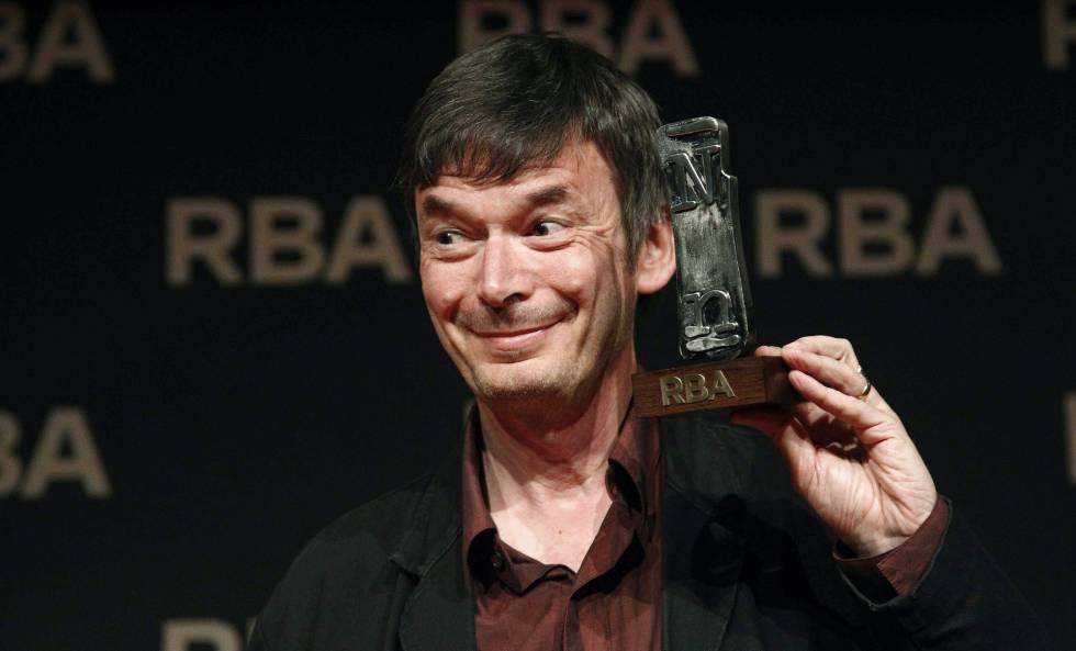 Ian Rankin posando con el Premio RBA de Novela Negra por 'Los perros salvajes' en 2016.