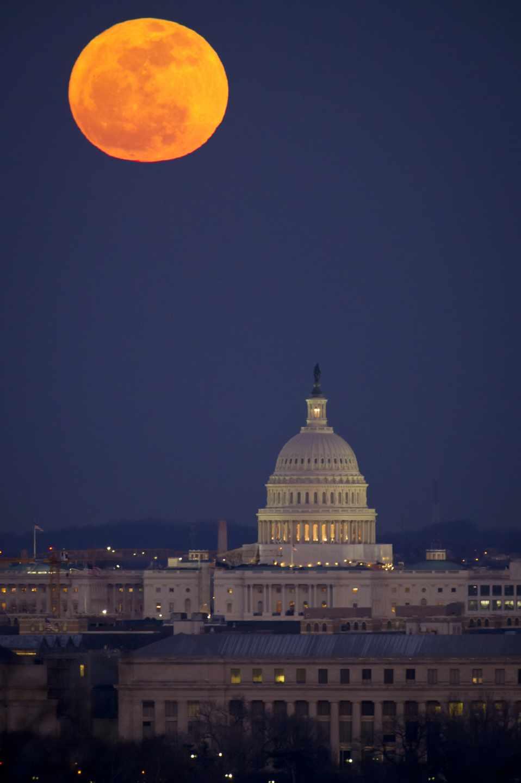 Una luna llena encima del Capitolio en 2012 | NASA/Bill Ingalls
