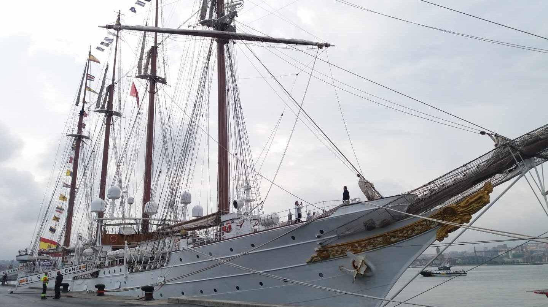 El buque escuela Juan Sebastián Elcano atracado en el puerto de Getxo.