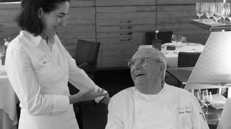 Elena Arzaka y su padre, Juan Mari Arzak, conversan en el comedor de su restaurante.