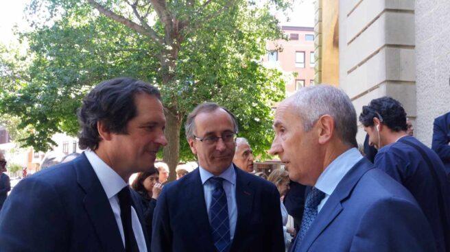 Emilio Ybarra Aznar conversa con Josu Erkoreka en presencia de Alfonso Alonso antes del funeral por su padre.