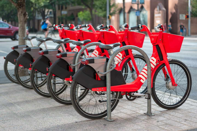 Varias bicicletas compartidas de Uber, Jump, en un aparcabicis en Austin, EEUU.
