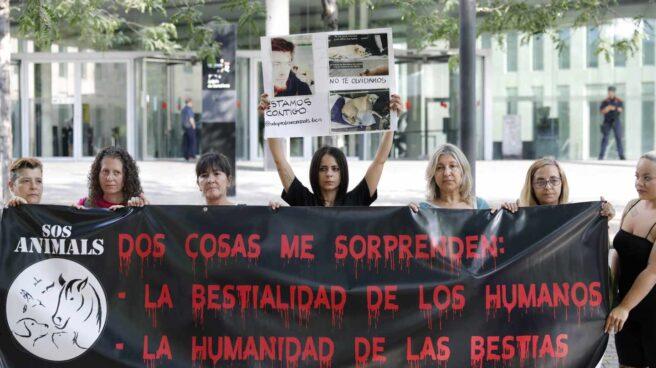 Protestas ante los Juzgados de Hospitalet por la declaración del guardia urbano.