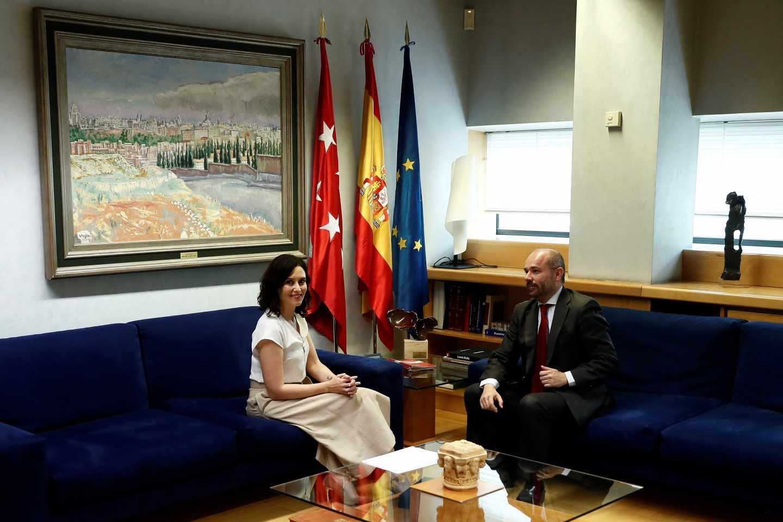La candidata del Partido Popular a la Presidencia regional, Isabel Díaz Ayuso, junto al presidente de la Asamblea de Madrid, Juan Trinidad Martos
