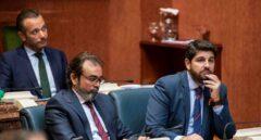 El candidato del PP a la presidencia de Murcia Fernando López Miras (dcha.).