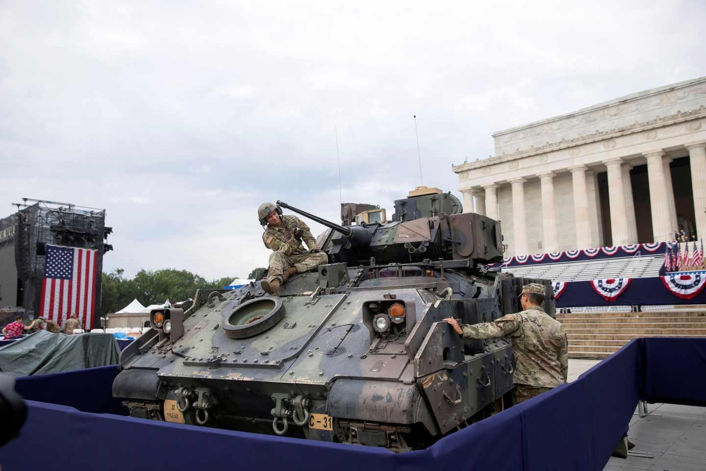 Soldados del ejército estadounidense revisan un tanque frente al monumento a Lincoln.