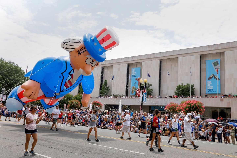 Un globo gigante en la Avenida de la Constitución de Washington durante las celebraciones de este 4 de julio.