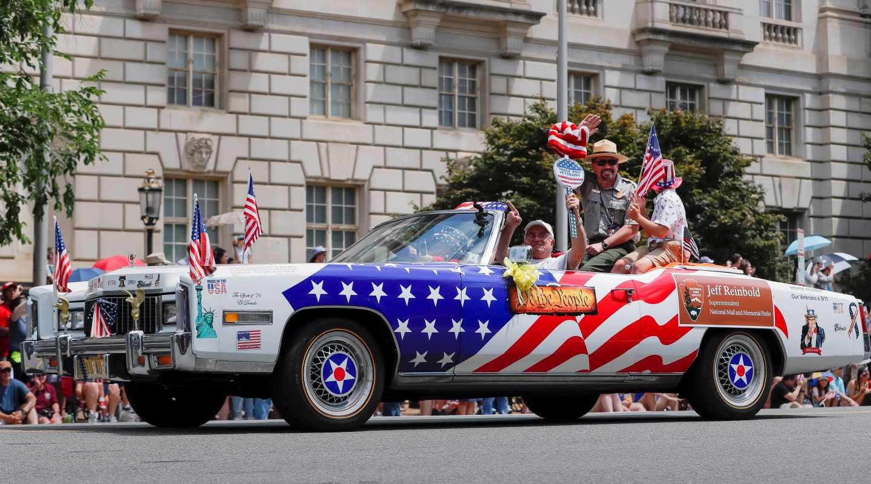 Un Cadillac con banderas patrióticas durante las celebraciones del 4 de julio en Washington.