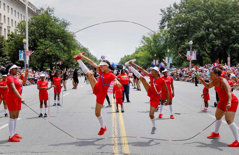Un grupo de saltadoras de comba participa en el desfile en las calles de Washington.